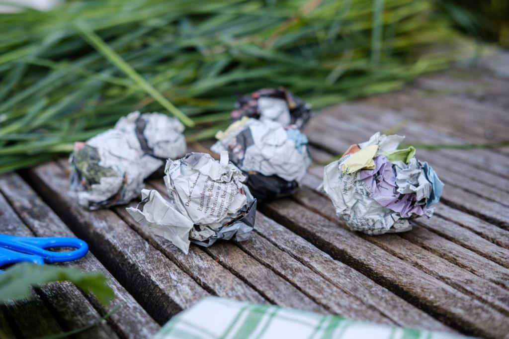 Grasbälle basteln: Der Körper ist aus Zeitungspapier